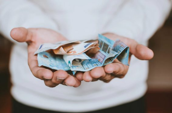 Hånd med penge